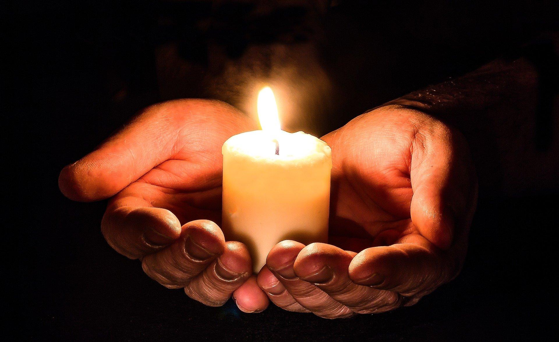 ruce se svíčkou