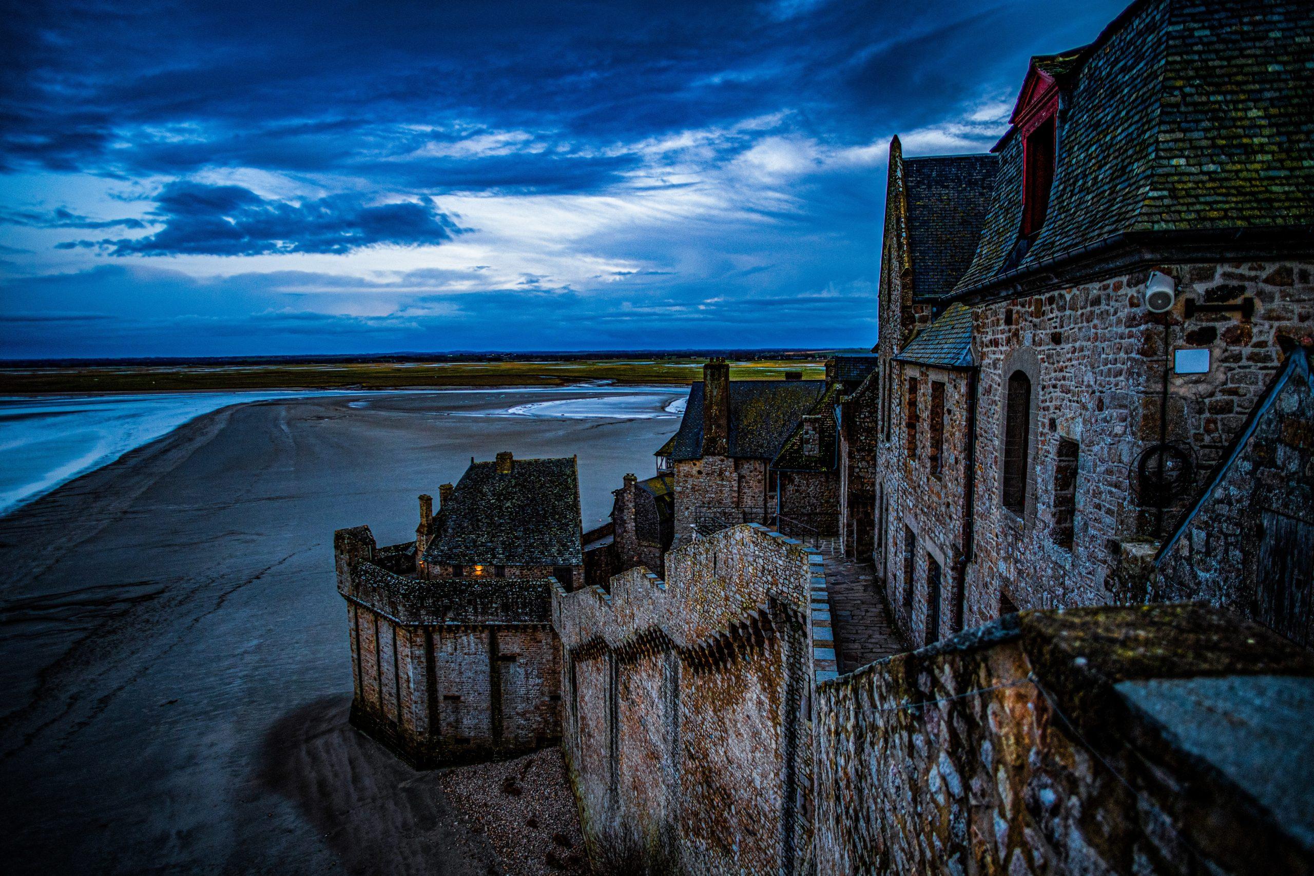 tajemný hrad na pobřeží